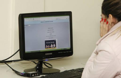CEEBEJA Paulo Freire, alunos fazem prova online. 30-07-14. Foto: Hedeson Alves