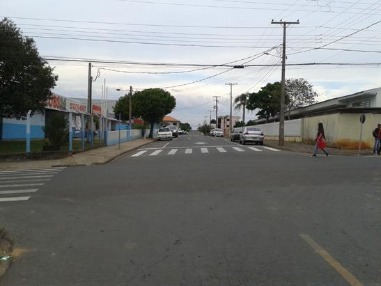 Veículos não podem virar a esquerda para entrar na Rua Benjamim Branco