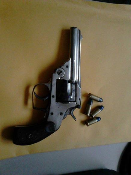 reserva-pr-revolver-apreendido-16102015